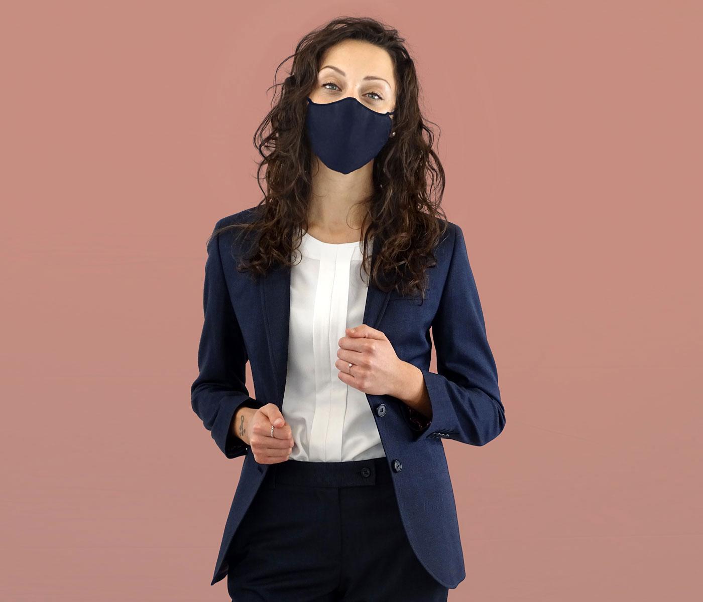 Outfit elegante donna blu da ufficio con mascherina abbinata alla giacca