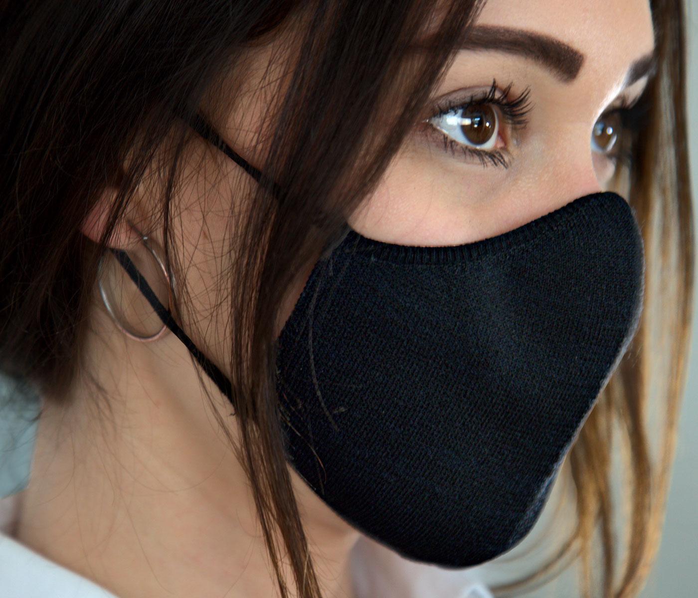 Close up mascherina nera in tessuto per outfit da lavoro elegante